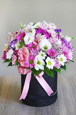 Kara Kutuda Kır Çiçekleri Aranjmanı