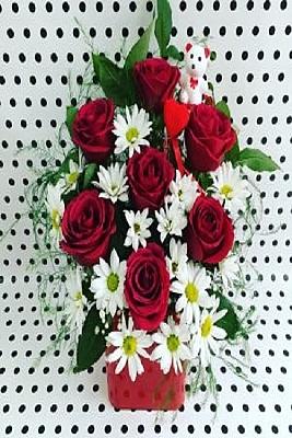 Kare Cam Vazoda Kır Çiçekleri ve 7 Gül Arajmanı