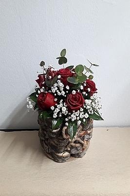kütük vazoda güller
