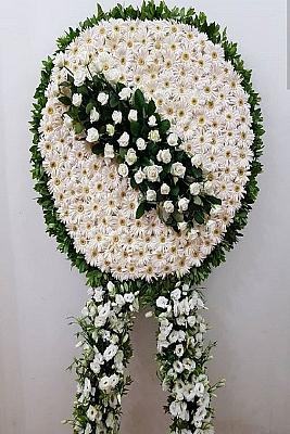 Beyaz Gerbera ve Beyaz Güllerden Oluşan Çelenk