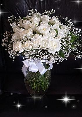 Vazo da Beyaz Güller